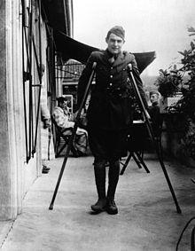 Ernest Hemingway herstellende van verwondingen aan zijn benen, Milaan 1918