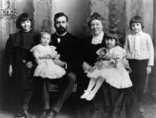 De Hemingway familie in 1905, van links naar rechts: Marcelline, Sunny, Clarence, Grace, Ursula en Ernest