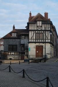 Op de geboorteplek van Calvijn is nu het Musée Jean Calvin gevestigd. Van zijn geboortehuis is alleen nog het trappetje over.
