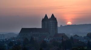 In de kathedraal Notre Dame in Noyon had Calvijn tot 1534 een eigen altaar, gewijd aan La Gesine (de barende maagd). Een deel van de opbrengst, enkele mudden graan per jaar, was bedoeld om zijn opleiding te betalen.