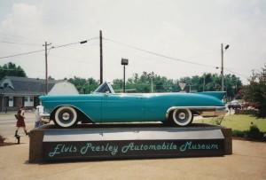 1957 Cadillac Eldorado Biarritz. De auto was eerst roze en is niet in 1957 door Elvis gekocht maar pas veel later tijdens een diner