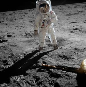 Buzz Aldrin in zijn eerste ruimtewandeling
