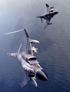 Twee F-4 Phantoms op patrouille boven de Noordzee